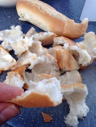 Separe el pan en trozos más pequeños y esponjosas