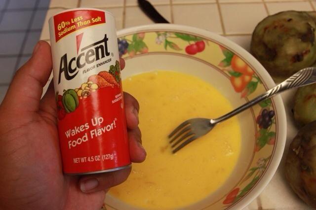 Me gustaría añadir potenciador del sabor acento a mis huevos mezclados pero se puede usar la sal y la pimienta tradicional o lo que quieras.