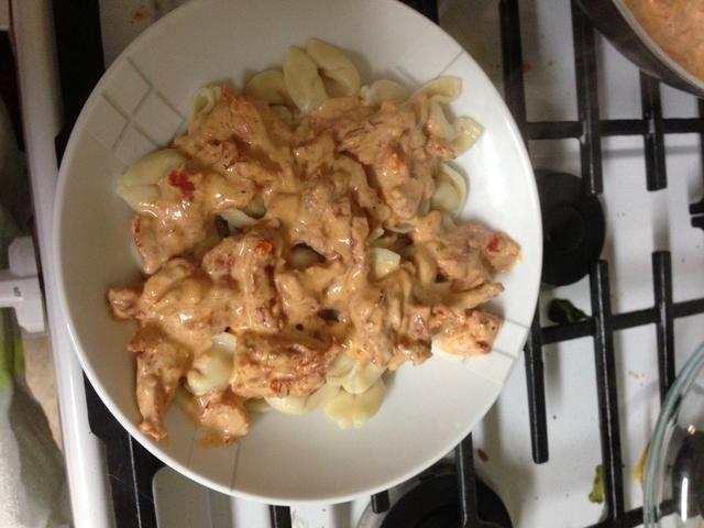 Ponga la salsa en tortellini, espolvorear con queso Romano y disfrutar!