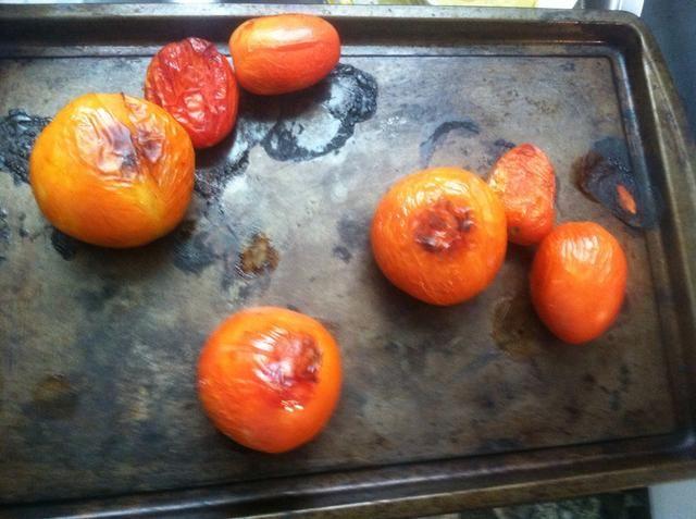 Cuando haya terminado con las tiras de tortilla sacar los tomates, una vez que se ven así.