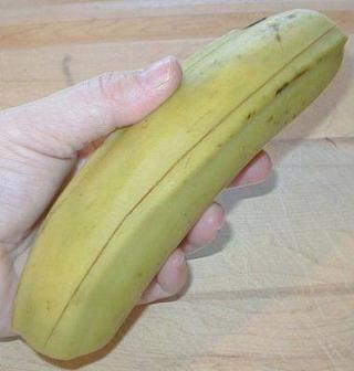 Primero cortar ambos extremos. Con un cuchillo afilado hacer una rebanada a lo largo de la piel de plátano.