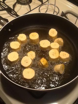 En una sartén, vierta un poco de aceite de canola. Levante la llama a fuego medio-alto. Coloque unas cuantas piezas en la fabricación sartén seguro no los amontone. Queremos cocinarlos parcialmente.