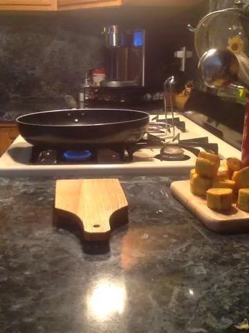 Coloque el plátano en el acelerador de plátano también llamado tostonera y aplastar a distancia. Pelar la pieza tostone suavemente la tostonera con un cuchillo de mantequilla si se clava.