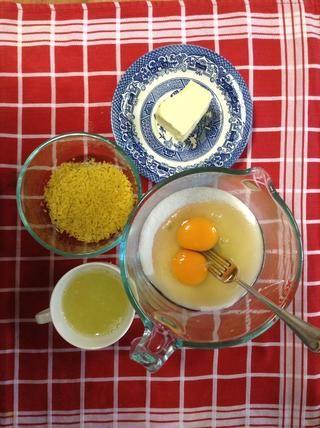 Zest y jugo de los limones. Agregar los huevos con el azúcar y mezclar bien, usted podría mezclar éstos directamente en tu cacerola pequeña para salvar a lavar los platos!