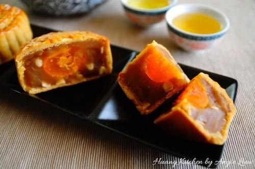 En este punto, se's meant to be enjoyed. Great to serve with a cup of freshly brewed chinese tea. Enjoy! For more, visit my website at http://huangkitchen.com/traditional-baked-mooncakes/