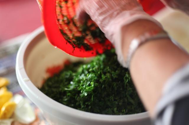 Añadir el perejil. Usted puede agregar un poco de menta seca y la sal en este punto. Menta seca es opcional. Pruebe la mezcla antes de añadir más sal y limón. Juzgar de acuerdo a su gusto.
