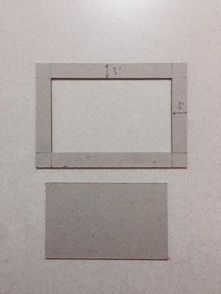 Cortar la pieza central, que le da un marco de madera aglomerada y un rectángulo ... Descartar el rectángulo de distancia y mantener el marco de un lado ...