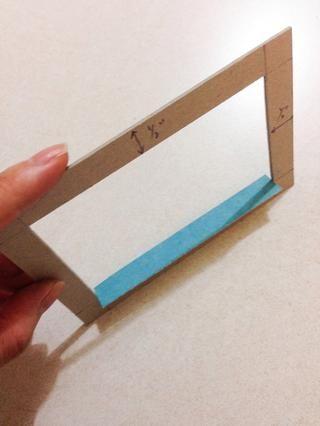 El uso de las tiras que ha preparado en el paso 7, la línea y la cola hacia abajo las tiras en el interior del marco de aglomerado como se muestra ...