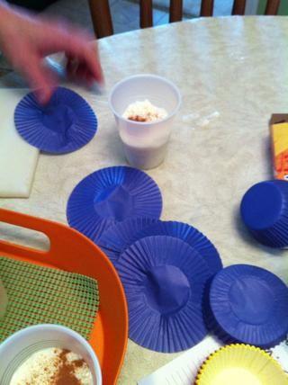 Acoplar los revestimientos de la magdalena de papel.