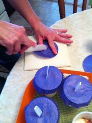 Hacer lo suficientemente pequeño corte ancho para colocar cuchara de plástico a través.