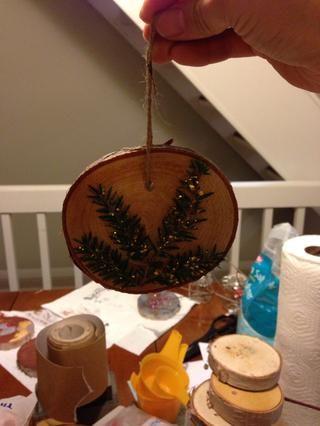 Ate un pedazo de hilo a través de cada agujero para crear un bucle para colgar su ornamento.