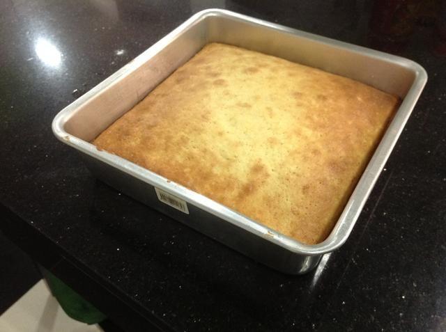 Ahora, deje que el pastel se enfríe durante 10 minutos.