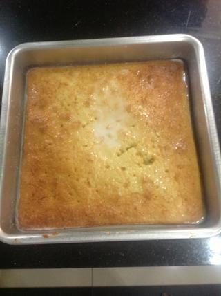 Ahora, dejar reposar durante 20-30 minutos para el pastel en remojo en toda la leche.