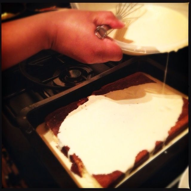Combine la leche evaporada, la leche condensada, la crema, la vainilla y el ron y bata suavemente hasta que se mezcle. Vierta la mezcla sobre el pastel.