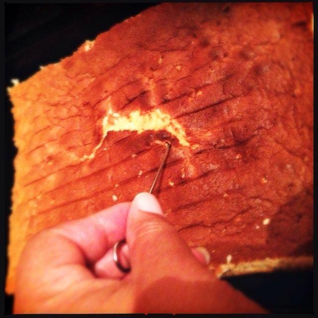 Deje enfriar el pastel y llegar a una tabla de cortar. Suavemente recortar los lados y coloque de nuevo en la lata al revés. Luego de perforar todo con un tenedor o pincho.