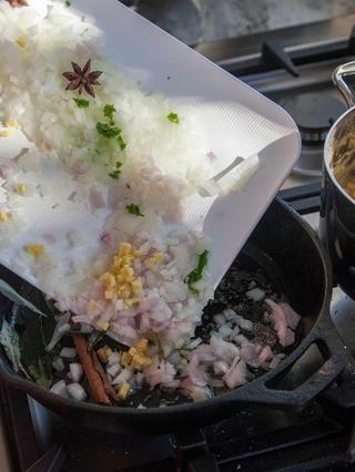 Cuando el aceite esté caliente añadir las semillas de mostaza marrón. Cuando las semillas de mostaza comienzan a aparecer, agregue la cebolla, el ajo o la cebolla, los chiles, asafétida, hojas de curry anís estrellado y canela.