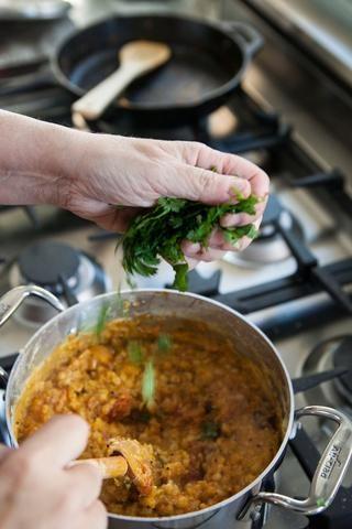 Cocine a fuego lento todo junto durante unos 5 minutos. Espolvoree el cilantro fresco picado sobre el dal y mezclarlo en.