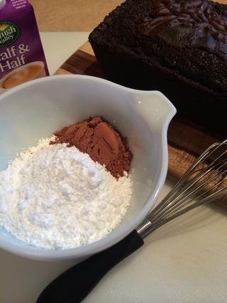 Para el glaseado ... 1 taza de azúcar en polvo, 2tbls de cacao y suficiente leche o mitad y mitad (alrededor de 2-3 tbls) para derretir el azúcar en polvo en una consistencia glaseado.