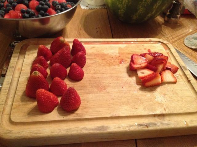 Preparar las fresas. (pista) si usted corta las tapas de las bayas y las configura como éste son más fáciles de cortar.
