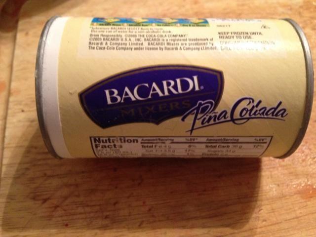 Esto es lo que la mezcla de piña colada bacardi parece. Se encuentra por la sección de jugo congelado.