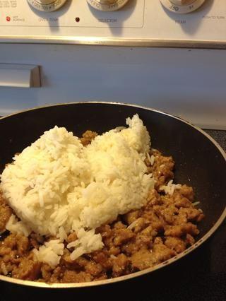Ahora el arroz. Mezclar el arroz y la carne de cerdo para hacer el relleno.