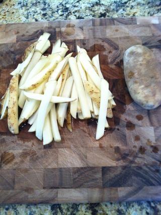 Corte las patatas en forma de alevines