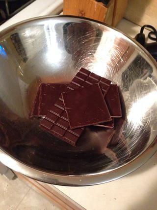 Ponga 350 g de chocolate negro (70% cacao) en un tazón. Calentar un poco de crema de leche a ebullición y verter en la parte superior. Mezclar hasta que se derrita el chocolate.