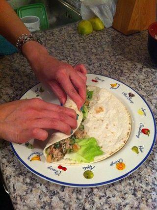 Comience envolviendo (balanceo) mediante la celebración de la tortilla y la apretada ceviche ...