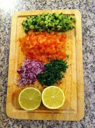 Cortar las verduras en trozos pequeños y dividir el limón por la mitad ...
