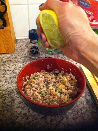 Apriete las partes de cal en las verduras mixtas y atún ...