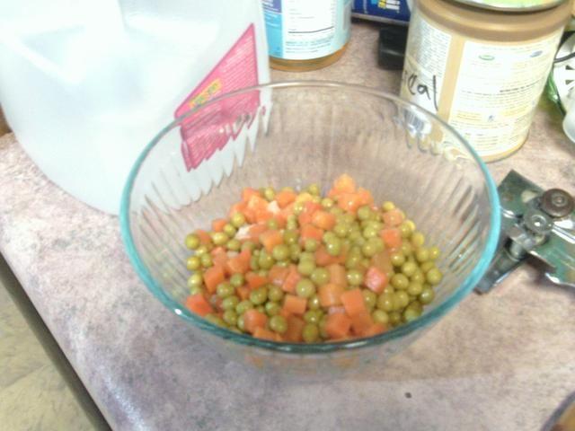 Después de poner el atún poner sus guisantes y zanahorias