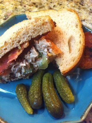 Coloque en el pan de sándwich. Añadir las tiras de tocino tiras gruesas, y la espinaca para hacer aún mejor. Decorar con un poco de pepinillo! Comer y disfrutar.