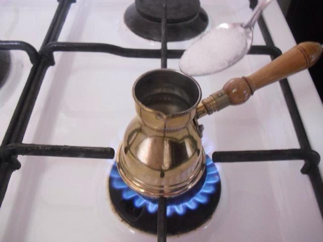Añadir azúcar al gusto, DON'T stir it yet , let the water warm up little bit.