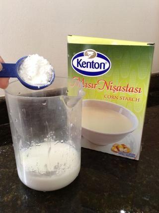 Mientras tanto, disuelva la maicena en la leche 1/4 taza restante.