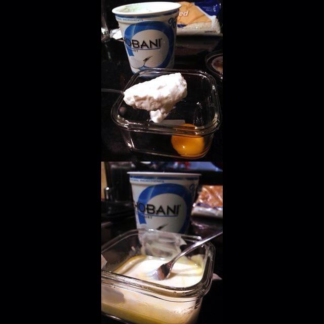 Mezclar las 2 cucharadas de yogur griego, el puaj huevo y el jugo de limón hasta obtener una mezcla homogénea.