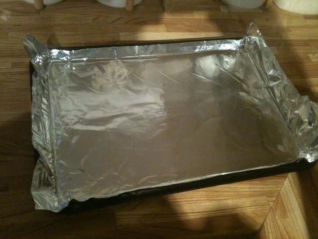 Yo uso una bandeja de horno (10 x 15) forrado con papel de aluminio.