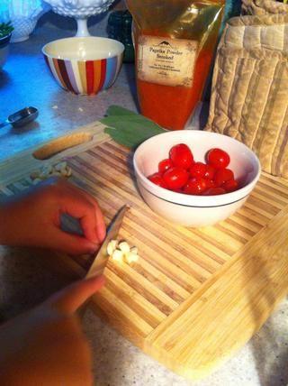 Picar el ajo en trozos bastante grandes, los tomates y cortar trimestre Sage en tiras de 1/8 ...