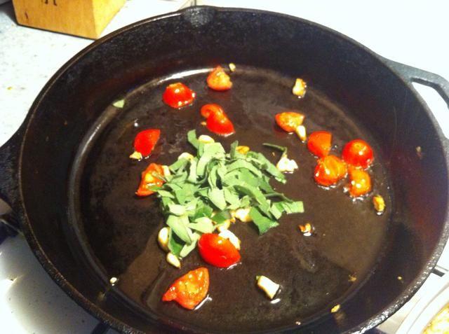 Añadir 1 a 2 de aceite de oliva T. en la sartén a fuego medio ... Agregue el ajo, salvia y tomates y cocine a fuego lento hasta que los tomates empiezan a descomponerse ... 8 a 10 minutos .... Durante este tiempo de limpieza y recortar frijoles arriba..