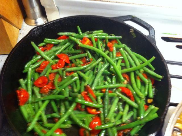 Mientras se cocina la cocina va a llenar con los aromáticos del ajo y el sabio ... Este es el momento de añadir los frijoles y aumentar el calor a med / alta para dorar los granos ...