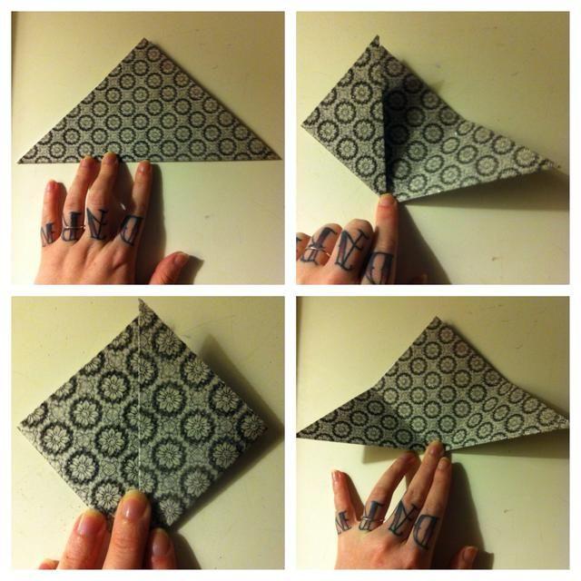 Cualquier tamaño de tarjeta de papel- de valores es mejor. Doble por la media en diagonal. Doblar a la izquierda la punta hacia arriba. Doblar a la derecha hasta la punta. Desplegar.