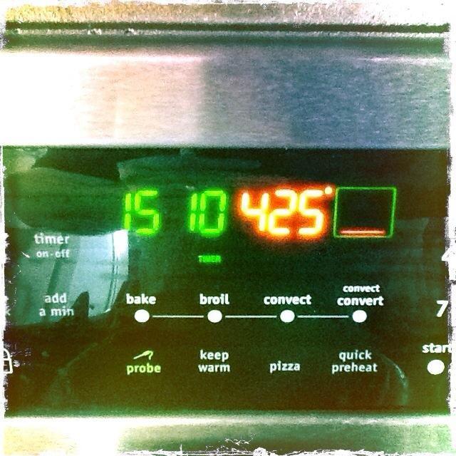 Precaliente el horno a 425 grados F, mientras que los panes están en la fase de prueba final.