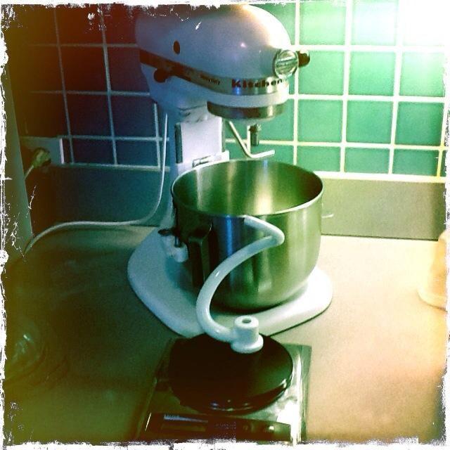 Yo uso un mezclador y gancho, pero usted puede hacerlo a mano. Al hornear el pan es bueno para escalar siempre sus ingredientes.