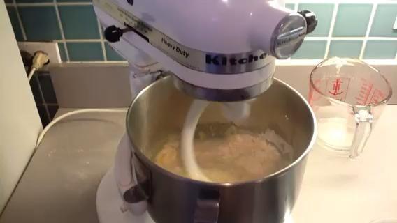 Para mezclar y deje autolyse o descansar durante 20 minutos. Permite que la humedad sea absorbida en la harina.