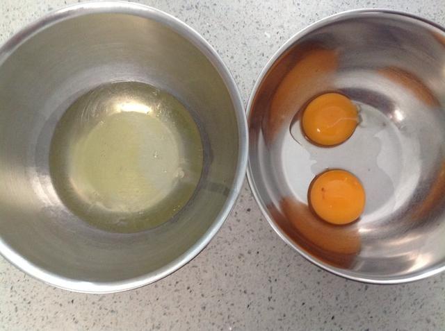 Separar los huevos. Utilice siempre los huevos frescos al hacer mousse ya que los huevos no se cocinan de manera huevos frescos se asegurará de que no hay problemas de salud o seguridad.