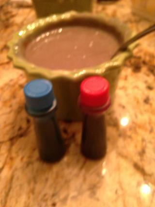 Tomar 3 gotas rojas, 2 gotas azules. Hacer