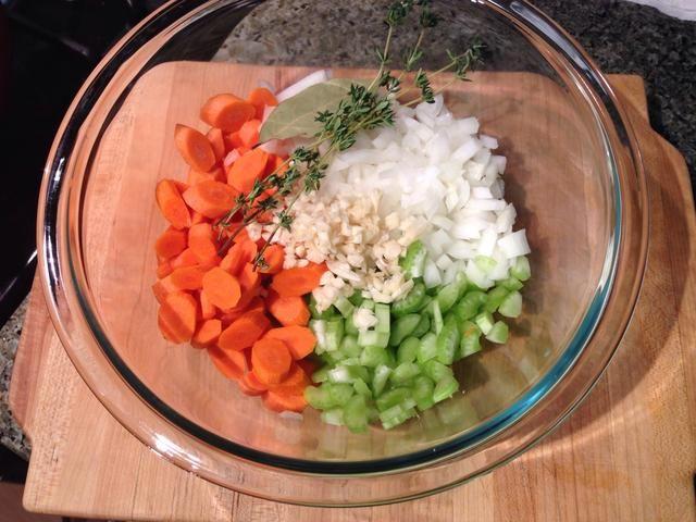 SOPA DE POLLO & # 10-Slice, picar y picar las zanahorias, el apio, la cebolla y el ajo.