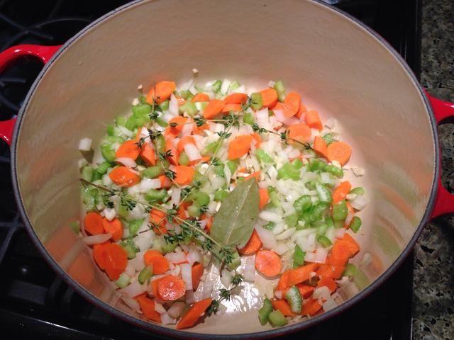 En una olla de sopa fresca, aceite de oliva a fuego medio. Añadir las verduras, el tomillo y el laurel. Cocine hasta que estén blandas, pero no se dore, unos 6 minutos.