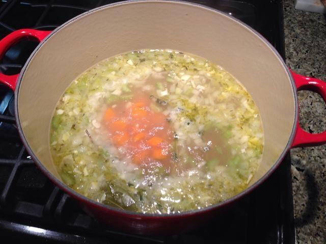 Añadir el caldo de pollo, llevar a ebullición.
