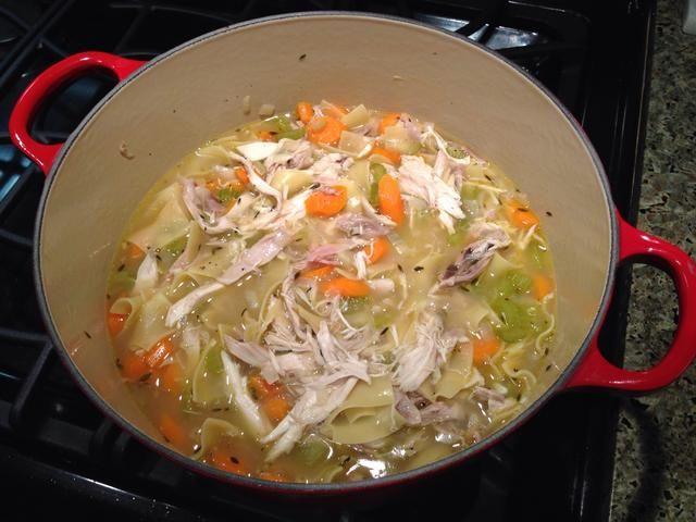 Agregar los fideos, cocine por 5 minutos y ellos se pliegan en el pollo y cocine a fuego lento unos minutos más. Sazone con sal y pimienta al gusto. Este paso es crucial, por cierto.