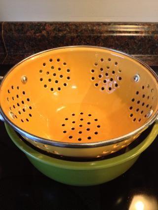 Use un colador y colóquelo en la parte superior de un recipiente grande